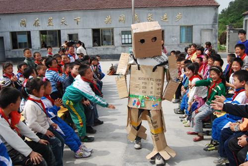 服装设计大赛获奖作品的设计者和模特者均前往利民小学举办本次活动.